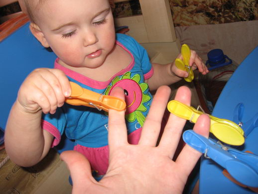 Играем с прищепками с годовалым малышом